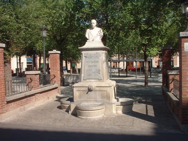 Fuensalida ( Toledo ) Monumento al maestro de pueblo D. Hipólito Ezquerra.